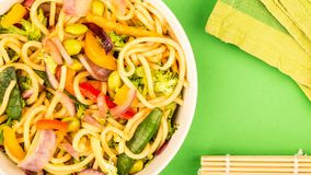 Vegetais de Fried Egg Noodles With Fresh da agitação Imagem de Stock