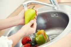 Vegetais de lavagem Imagens de Stock Royalty Free