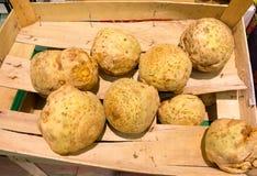 Vegetais de raizes do aipo vermelho no supermercado como o fundo do alimento. Retalho. Foto de Stock Royalty Free