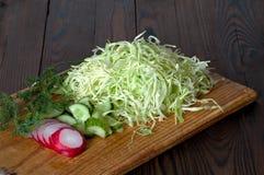 vegetais de salada cortados em uma placa de corte Fotografia de Stock Royalty Free