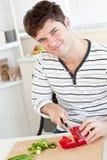 Vegetais de sorriso da estaca do homem novo fotografia de stock royalty free