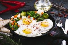 Vegetais deliciosos, saborosos fritada e da mistura em uma bandeja Fotografia de Stock Royalty Free