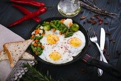 Vegetais deliciosos, saborosos fritada e da mistura em uma bandeja Ideia superior de um fundo de madeira Fotos de Stock Royalty Free