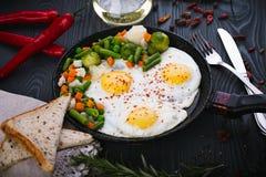Vegetais deliciosos, saborosos fritada e da mistura em uma bandeja Ideia superior de um fundo de madeira Foto de Stock Royalty Free