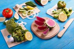 Vegetais desbastados: cenouras, salsa e cebola na placa de corte fotos de stock