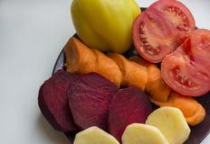 Vegetais desbastados frescos, pimentas amarelas, cenouras alaranjadas, tomate Imagem de Stock Royalty Free