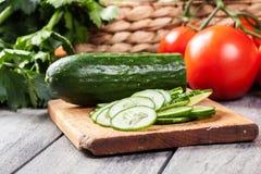 Vegetais desbastados: pepino na placa de corte Fotografia de Stock