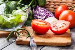 Vegetais desbastados: tomates na placa de corte Fotografia de Stock