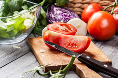 Vegetais desbastados: tomates na placa de corte Fotografia de Stock Royalty Free
