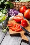 Vegetais desbastados: tomates na placa de corte Imagem de Stock