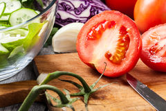 Vegetais desbastados: tomates na placa de corte Foto de Stock