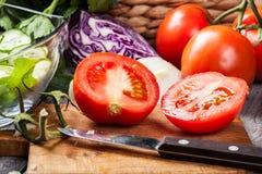 Vegetais desbastados: tomates na placa de corte Foto de Stock Royalty Free