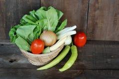Vegetais, dieta saudável no assoalho de madeira velho Fotografia de Stock Royalty Free
