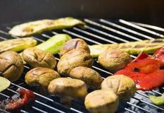 Vegetais do churrasco no chargrill barbecue Cozinhando vegetais na bandeja da grade em uma marinada da erva, vista superior imagem de stock royalty free