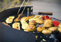 Vegetais do churrasco no chargrill barbecue Cozinhando vegetais na bandeja da grade em uma marinada da erva, vista superior imagens de stock