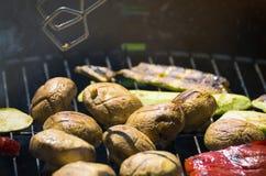 Vegetais do churrasco no chargrill barbecue Cozinhando vegetais na bandeja da grade em uma marinada da erva, vista superior imagens de stock royalty free