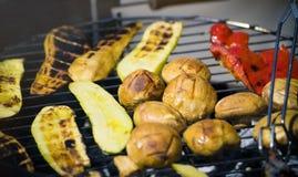Vegetais do churrasco no chargrill barbecue Cozinhando vegetais na bandeja da grade em uma marinada da erva, vista superior foto de stock royalty free