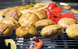 Vegetais do churrasco no chargrill barbecue Cozinhando vegetais na bandeja da grade em uma marinada da erva, vista superior fotografia de stock