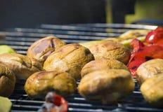 Vegetais do churrasco no chargrill barbecue Cozinhando vegetais na bandeja da grade em uma marinada da erva, vista superior foto de stock