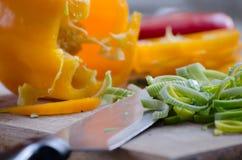 Vegetais do corte com faca Foto de Stock Royalty Free