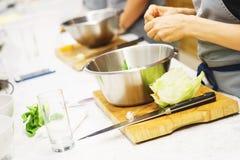Vegetais do corte das meninas para pratos de vegetariano foco macio e bokeh bonito Fotografia de Stock Royalty Free