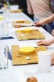 Vegetais do corte das meninas para pratos de vegetariano foco macio e bokeh bonito Fotos de Stock Royalty Free
