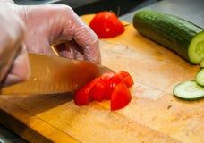 Vegetais do corte do cozinheiro chefe Fotos de Stock