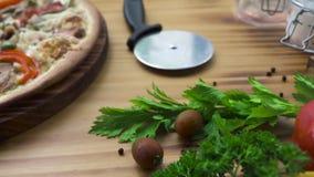 Vegetais do resh da composição de alimento e pizza quente na tabela de madeira Pizza italiana de Traditonal do ingrediente fresco vídeos de arquivo