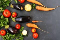 Vegetais do verão em um fundo escuro, vista superior imagem de stock