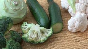Vegetais do verde da variedade Brócolis, couve-flor, couve-rábano, pepino, alho poró Comer saud?vel video estoque