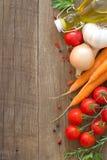 Vegetais e azeite orgânicos em uma tabela de madeira Imagem de Stock Royalty Free