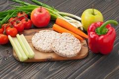 Vegetais e bolos de arroz orgânicos saudáveis da dieta Fotografia de Stock Royalty Free