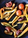 Vegetais e chouriço na bandeja Imagens de Stock