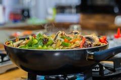 Vegetais e cogumelos fritados bandeja imagens de stock royalty free