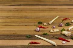 Vegetais e erva da preparação na tabela de madeira fotografia de stock royalty free
