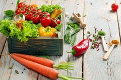Vegetais e ervas frescos da exploração agrícola no fundo rústico Imagens de Stock