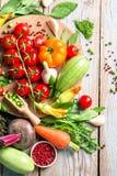 Vegetais e ervas frescos da exploração agrícola no fundo rústico Imagem de Stock