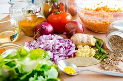 Vegetais e especiarias desbastados em uma mesa de cozinha de madeira foto de stock