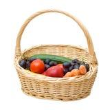 Vegetais e frutas em uma cesta Fotografia de Stock Royalty Free