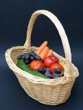 Vegetais e frutas em uma cesta Fotos de Stock