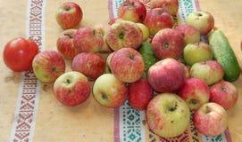 Vegetais e fruto no pano velho fotos de stock
