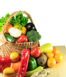 Vegetais e frutos em uma cesta de madeira Imagens de Stock Royalty Free