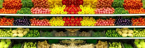 Vegetais e frutos orgânicos frescos na prateleira no supermercado, mercado dos fazendeiros Conceito saudável do alimento Vitamina imagens de stock royalty free