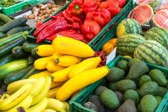 Vegetais e frutos para a venda em um mercado Fotografia de Stock