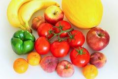 Vegetais e frutos saudáveis e suculentos na tabela do kithen, um ingrediente excelente em um lor do mea do vegetariano um prato l Foto de Stock