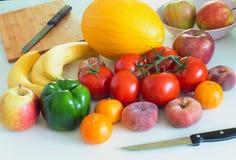 Vegetais e frutos saudáveis e suculentos na tabela do kithen, um ingrediente excelente em um lor do mea do vegetariano um prato l Fotografia de Stock