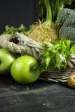 Vegetais e frutos verdes - aipo, maçãs, celer da raiz de aipo Fotos de Stock