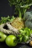 Vegetais e frutos verdes - aipo, maçãs, celer da raiz de aipo Imagem de Stock