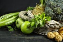 Vegetais e frutos verdes - aipo, maçãs, celer da raiz de aipo Fotografia de Stock