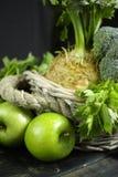 Vegetais e frutos verdes - aipo, maçãs, celer da raiz de aipo Fotografia de Stock Royalty Free